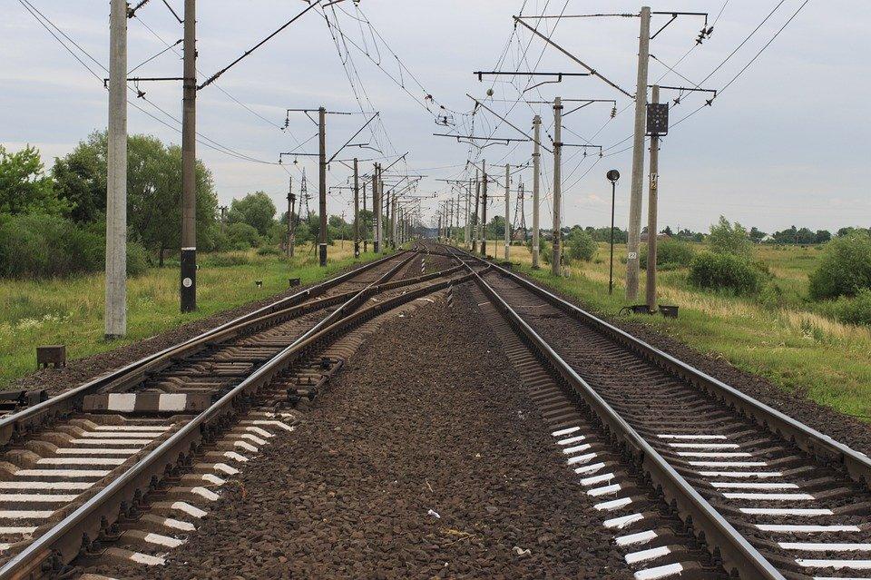 Зачем вдоль железнодорожных путей выкладывают щебень? - фото 1