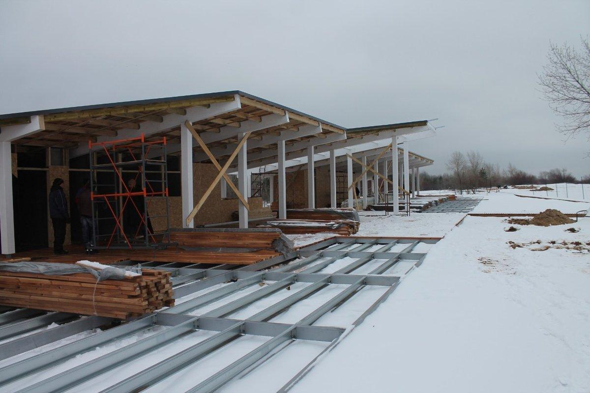 По колено в снегу продолжается благоустройство Гребного канала, которое должны были закончить еще летом - фото 1