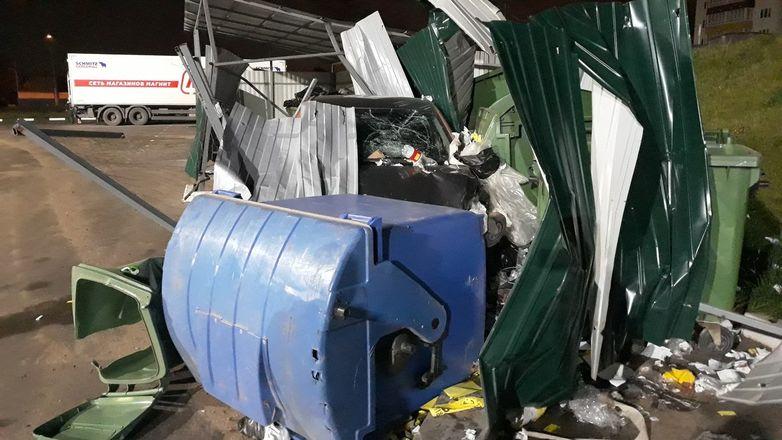 Неосторожный водитель «выкинул» автомобиль каршеринга в мусорку в Нижнем Новгороде - фото 3