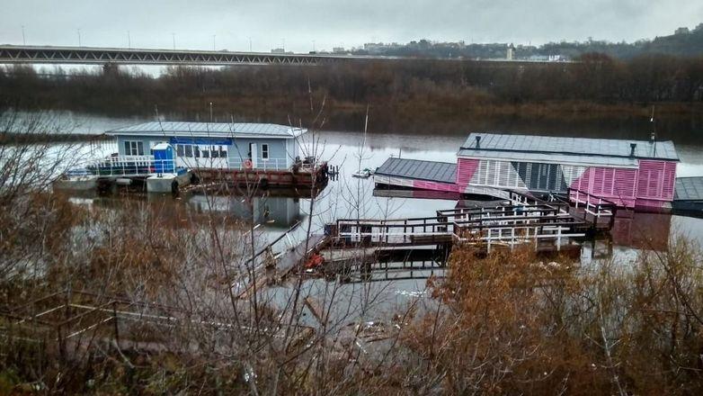 Двухэтажный дебаркадер затонул в Нижнем Новгороде - фото 1