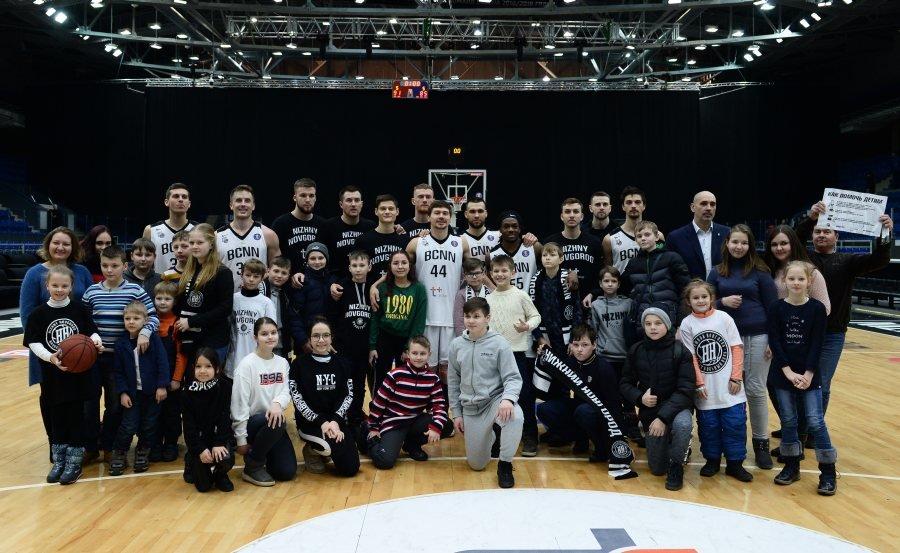 Нижегородские баскетболисты обыграли казанский УНИКС и собрали полмиллиона рублей в помощь детям - фото 1