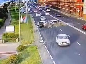 Видео столкновения трех машин на Нижне-Волжской набережной появилось в соцсетях