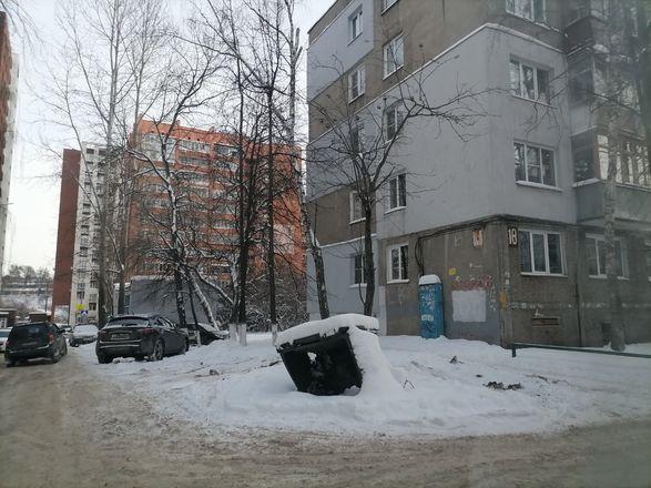 Территории у детских садов и поликлиник в Советском районе завалены снегом - фото 9