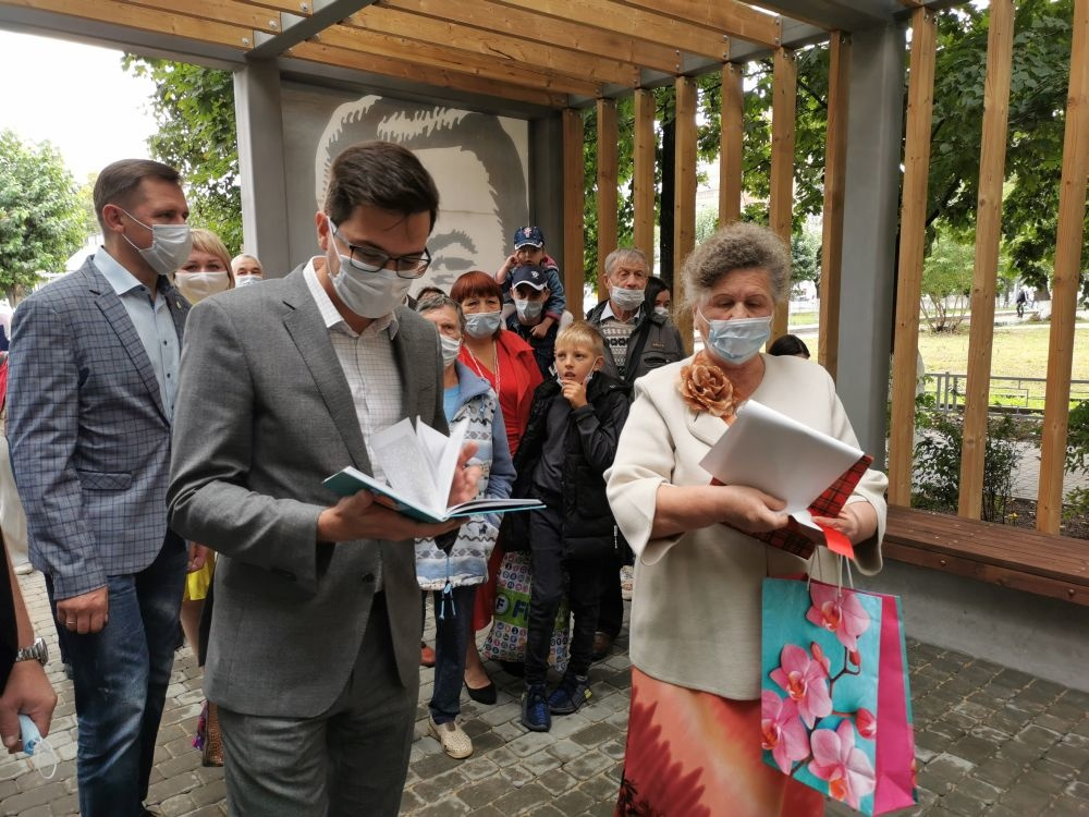 Литературная беседка и более 250 растений появились в сквере Люкина в Московском районе