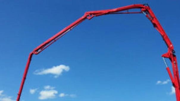 Работника придавило стрелой автобетононасоса на стройке цеха ВМЗ - фото 1