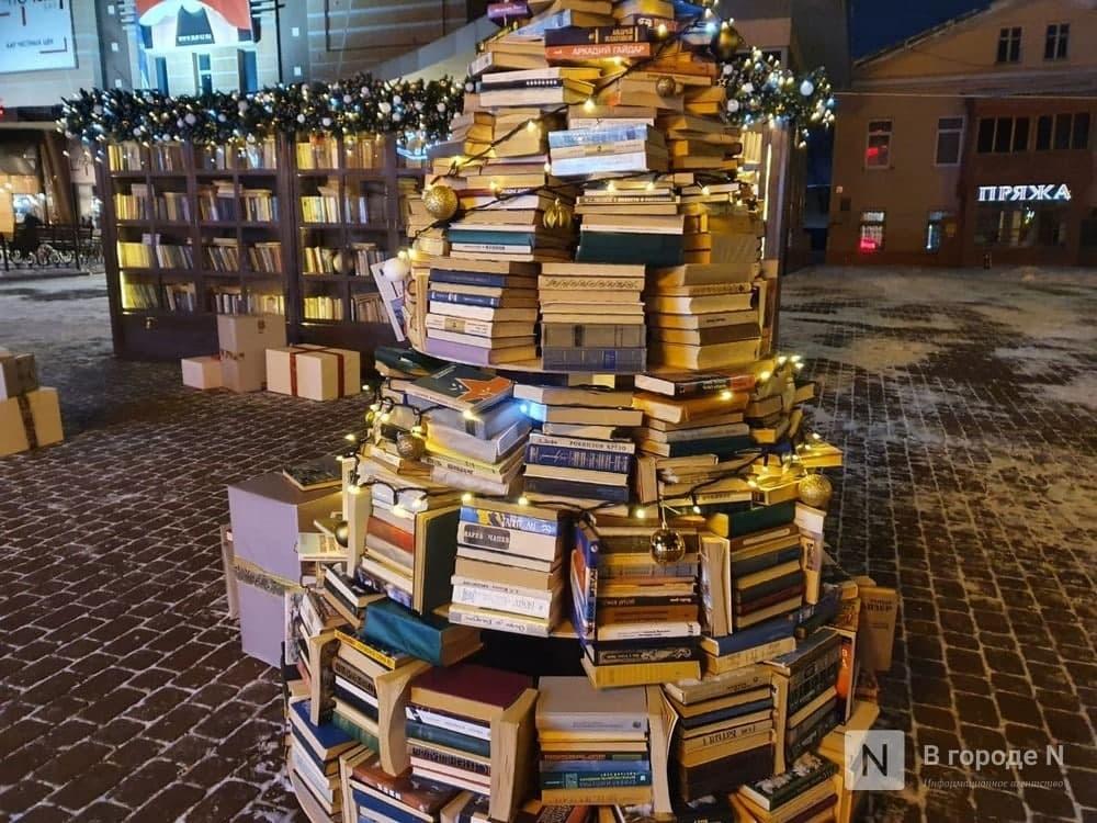 Захар Прилепин назвал вандализмом елку из книг в Нижнем Новгороде - фото 1