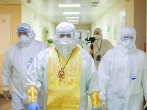 Митрополит Георгий навестил пациентов с коронавирусом в «красной зоне» Борской ЦРБ