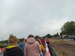 Пассажиры сломавшегося автобуса пешком обходили пробку у деревни Ольгино
