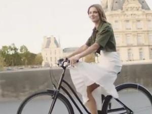 Нижегородская модель Наталья Водянова провела велоэкскурсию по Парижу