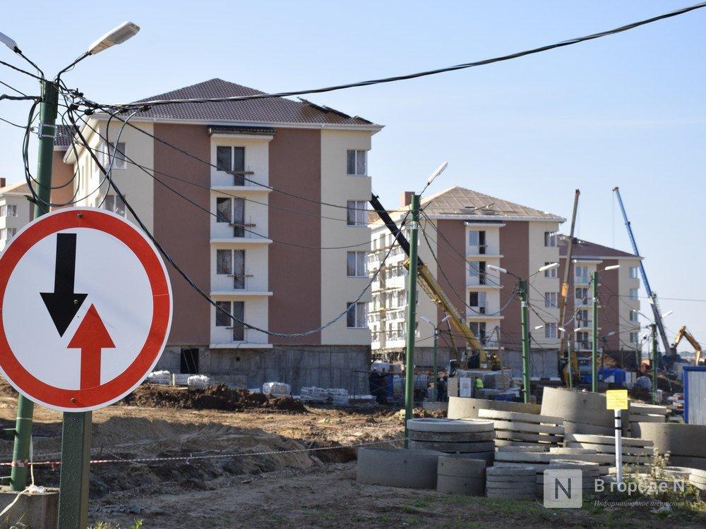 В первых четырех домах ЖК «Новинки Smart City» начали клеить обои - фото 1