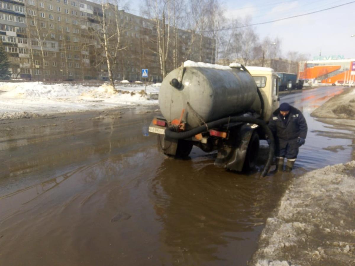 Откачка талых вод началась на проспекте 70 лет Октября в Сормове - фото 1