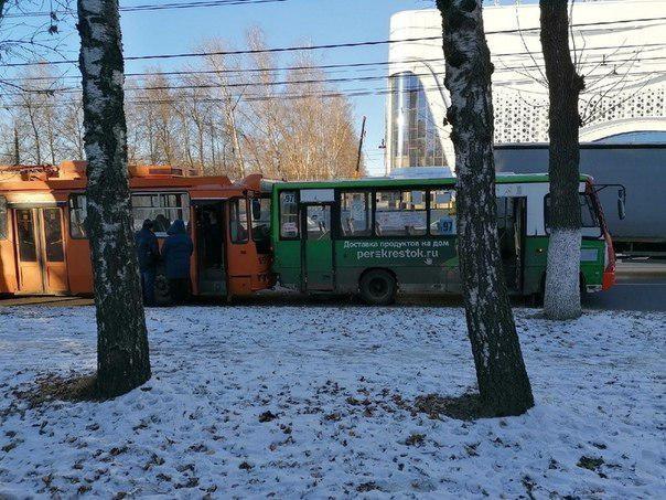 Две женщины получили травмы в столкновении троллейбуса с маршруткой на проспекте Гагарина - фото 1